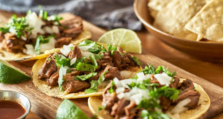 three carne asada mexican street tacos in corn tortilla with lime Banque d'images