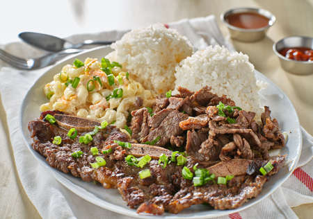 hawaiian bbq plate with korean beef kalbi ribs and white rice Stockfoto