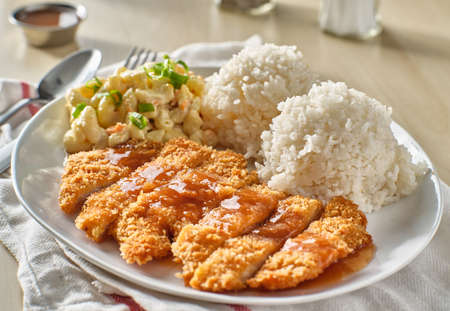 chicken katsu hawaiian bbq plate with gravy and rice Stockfoto - 155922080