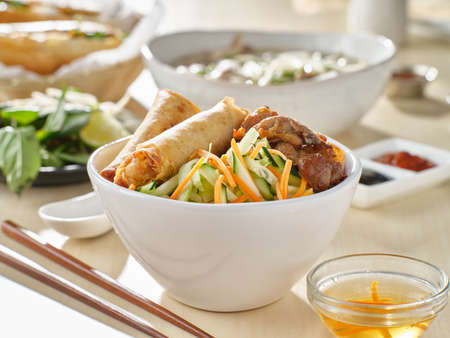 vietnamese bun thit nuong with spring rolls and grilled pork Stockfoto