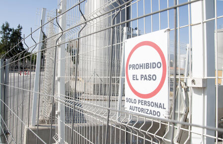 no trespassing: Puerta sin muestra de violaci�n Foto de archivo