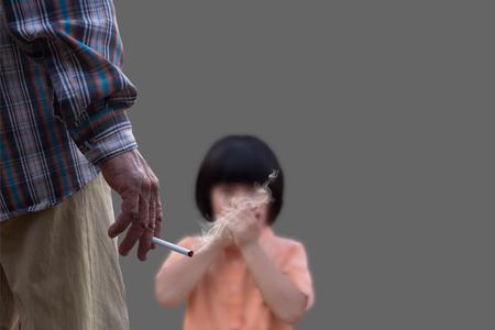 Fumar es peligroso para su salud y aquellos que le rodean, fumar pone en peligro la salud del niño, No fumar concepto, con fondo gris Foto de archivo - 69564262