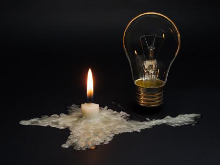 정전. 크림없는 전원 공급 장치. 녹은 초 크림의 모양은 전기로부터 한반도의 단절을 상징합니다.