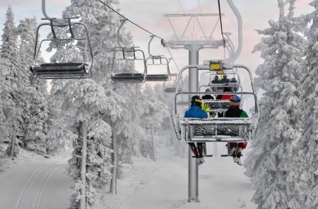 skieer: Ski stoeltjeslift met skiërs Skigebied in Ruka, Finland