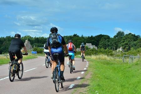 grupo de ciclistas va en el camino en el campo