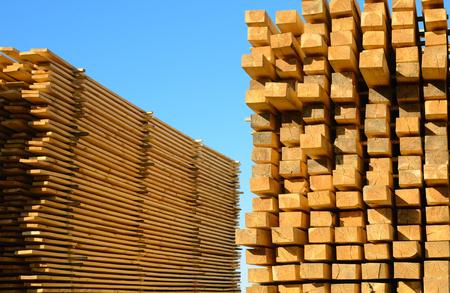 목조 마당에 쌓인 나무 보드