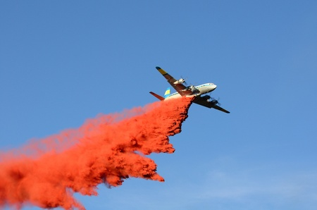aircraft bomber: Large air tanker droping fire retardant at a working  natural cover fire near Roseburg Oregon Stock Photo