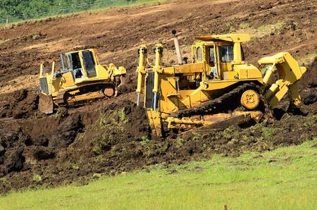 オレゴン州の主要高速道路交差点プロジェクトのための準備として丘の中腹のグレーディング大型ブルドーザー 写真素材
