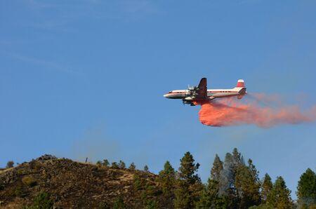 retardant: Aria petroliera di grande droping ignifugo ad un fuoco di lavoro copertura naturale vicino Roseburg Oregon