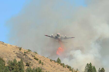 retardant: Aria grossa petroliera droping ignifugo al fuoco di copertura di lavoro naturale nei pressi Roseburg Oregon