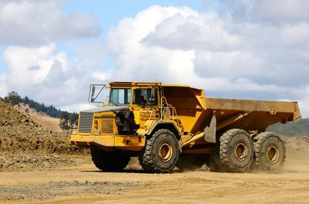 camion minero: Una gran descarga de camiones en la articulaci�n de un nuevo proyecto vial en Oregon Foto de archivo