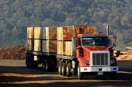Un camión cargado con madera hojas de un aserradero en Oregon
