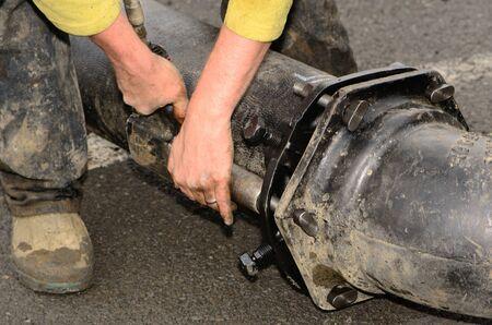 water pipe: Trabajadores de conexi�n de una tuber�a de agua grande junto durante un proyecto de desarrollo comercial nuevo