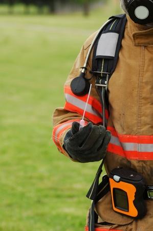hazmat: un vigile del fuoco prelievo di un campione di una sostanza chimica nel corso di un incidente di materiali pericolosi