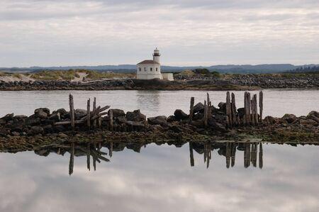 coquille: Coquille River Lighthouse e pali di fondazione, Bandon Oregon, Bassa marea