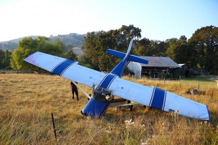 飛行機は緊急着陸、燃料からのフィールドでない傷害ロバーツ クリーク Rd ローズバーグ、オレゴン