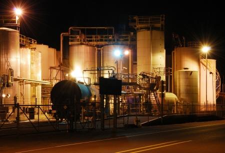 鉄道タンカーは化学物質にオフロードされてアルバニー オレゴン タンカーで植物が有毒な液体で読み込まれる