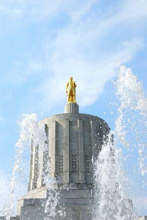 オレゴン州議事堂の大理石のドーム頂上、1938 年に夏の終わりに金のパイオニアを座っています。セーラム オレゴン州