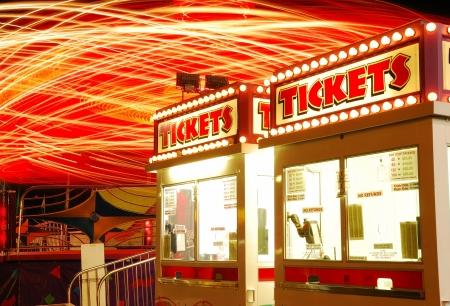 楽しみのため、夜にミッドウェイ ローズバーグ オレゴン州 2009年日ダグラス郡フェアでの一部のチケット。 写真素材 - 13749559
