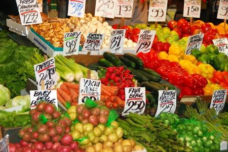 carnes y verduras: Pike Place Market, con puestos de flores, verduras frescas y carnes entrelazadas con restaurantes y tiendas en el paseo marítimo de Seattle, Washington Foto de archivo