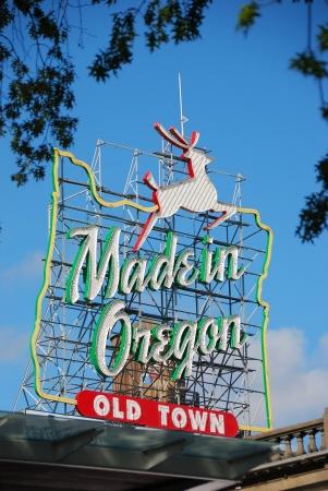 번 사이드 스트리트 근처의 올드 타운 오리건 주 포틀랜드에있는 오레곤 화이트 사슴 기호와 토요일 시장 제 에디토리얼