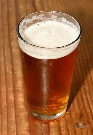 オレゴン州のウィラメット バレーのバーでのマイクロ醸造ビールのグラス ビール