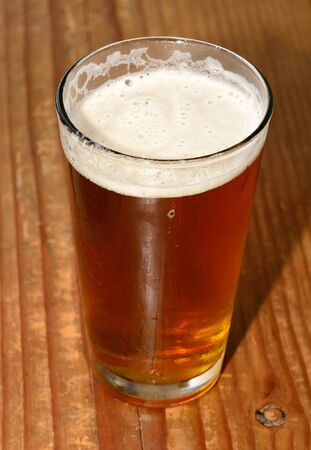 brew beer: Vidrio pinta de cerveza cerveza micro en un bar en el valle de Willamette de Oregon