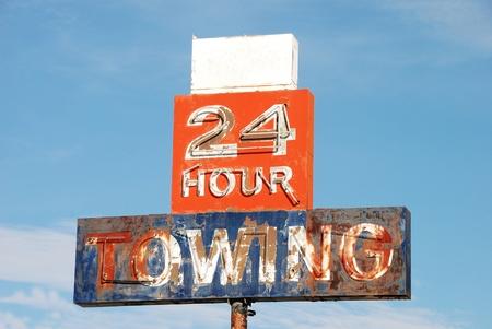 ロン外けん引標識丘米オレゴン州でけん引の 24 時間 写真素材