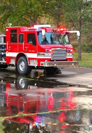 voiture de pompiers: Formation continue sur une nouvelle 100 camion plate-forme de travail avec le feu pied de placement �chelle et des flux �lev�s de ma�tre