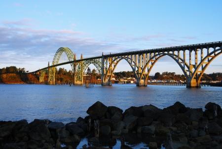 ヤーキーナ ベイ ブリッジおよびヤーキーナ湾、鋼アーチ橋は設計 McCullough ニューポート オレゴン州太平洋沿岸のハイウェイ システムの代表作 写真素材
