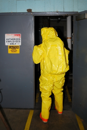 hazmat: Un entry level in un ambiente di ammoniaca durante l'allenamento del team Haz Mat