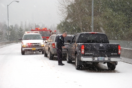 Roseburg PD interviewing a witness  Ice storm accident on the Stewart Parkway Bridge, 2 persons transported,  Roseburg Oregon Stock Photo - 15625725
