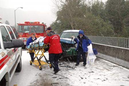 paciente en camilla: Eliminaci�n de un paciente lesionado Hielo tormenta accidente en el puente de Stewart Parkway, 2 personas transportadas, Oregon Roseburg
