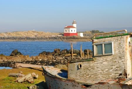 coquille: Vecchia barca puntellato e la Coquille River Lighthouse, chiamata anche Luce Bandon, in Bullard Beach State Park. Costruito nel 1896,