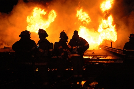 camion de bomberos: Cami�n que transportaba 10.000 galones de combustible naufrag� en divisor de construcci�n Foto de archivo