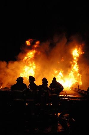 carro bomberos: Cami�n que transportaba 10.000 galones de combustible naufrag� en divisor de construcci�n Foto de archivo