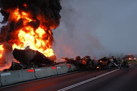 燃料建設ディバイダーに難破の 10,000 のギャルを運ぶトラック