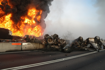 mva: Truck carrying 10,000 gals of fuel wrecked into construction divider, Roseburg OR, Driver survived Stock Photo