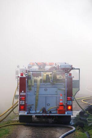消防車と消防士の火災作業、無人の加熱調理に伴う農村構造火災