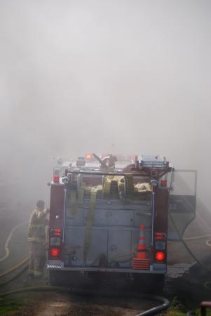 消防車、消防士の作業火災、無人調理による農村構造火災