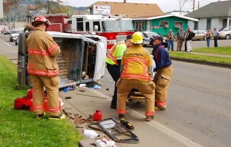2 つの車両事故だけマイナーな傷害の借換にそれを引き起こしているこのピックアップの前に人になっている場合 写真素材 - 18045979