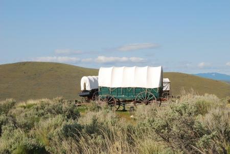 De National Historic Oregon Trail Interpretive Center in de buurt van Baker City Oregon Wagens op het Center met de Blue Mountains op de achtergrond