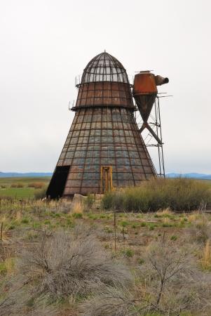 ジョン日のすぐ南にある州立ハイウェイ 395 に沿ってセネカ オレゴンの製材所跡地で古いウィグワム バーナー