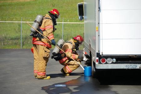 트럭 새는 액체, 로즈버그, 오리건 2009년 5월 28일에서 최근 부식성 드릴의 유해 물질 팀 열차에 사이트 정찰을하고 화재 진압 에디토리얼