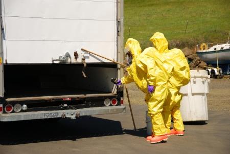 hazmat: I vigili del fuoco, rendendo l'inserimento in una fuoriuscita di liquido camion, materiali pericolosi treni squadra su un recente trapano corrosivo in Roseburg Oregon 28 maggio, 2009