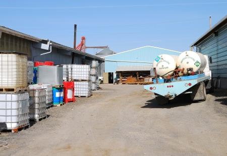amoniaco: Anhidro tanques de transporte de amoníaco fuera una compañía química y de fertilizantes en Klamath Falls OR Editorial