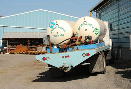 amoniaco: Anhidro tanques de transporte de amon�aco fuera una compa��a qu�mica y de fertilizantes en Klamath Falls OR Editorial