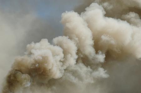 구조 화재 연기, 소방서 훈련으로 오래된 사무실 건물에서 불의 결과
