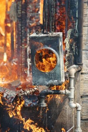 구조 화재 및 전기 장비, 소방서 훈련을 위해 구운 오래된 사무실 건물에서 발생하는 화재 결과