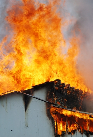 incendio casa: Fuego desde el techo de los resultados de un incendio en un antiguo edificio de oficinas está quemado como para la formación de bomberos